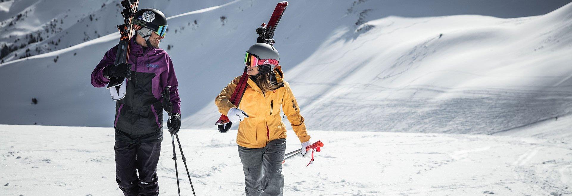 Paar mit Skieren