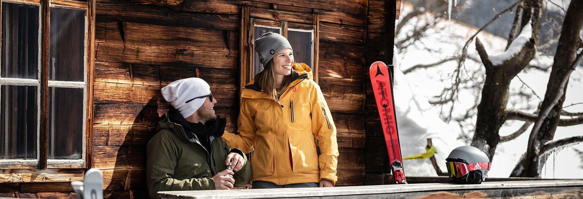 Skifahrer machen Rast auf Hütte